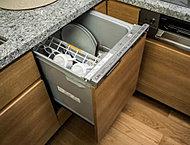 キッチンには食器洗浄乾燥機を標準装備しました。少ない水量で食器を洗い、手洗いに比べランニングコストを抑えます。また、ビルトインタイプでキッチンをすっきりと保てます。