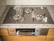 高い火力で本格的な料理づくりにも対応する3口コンロ。掃除のしやすいガラストップとなっています。