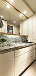 カウンタートップに御影石を使用した洗面化粧台。鏡の内側やカウンターの下部など収納も豊富。さらに、鏡は三面鏡になっているなど、使い勝手も魅力です。