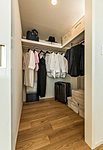 主寝室には大容量の「ウォークインクロゼット」を設置。衣料品や趣味の道具などの小物はもちろん、ゴルフセットといった大型の荷物もすっきり整理・収納できます。