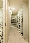 玄関には「シューズインクロゼット」を設置。靴やスリッパはもちろん、傘やブーツなど高さがあるものもスマートに収納できます。