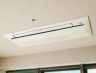居室には、天井に埋め込み型のエアコンを設置。空間をすっきり見せ、高級感のあるスタイリッシュな雰囲気を演出します。※81A・81B・81C・85A・85B・85CtypeのBedroom(1)を除く。