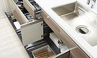 コンロ下の収納の奥には普段使わない鍋のふたや土鍋などを効率よく収納できます。