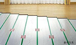 ホコリを巻き上げる気流の発生を抑え、足元から室内全体を温めるTES温水式床暖房を設置しました。