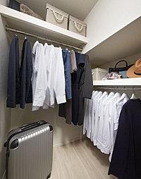 丈の長い衣類も保管しやすく、スーツケースなどもまとめて収納できます。※Eタイプを除く