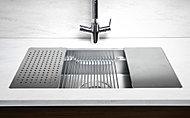 シンク側面の3本リブに調理用アイテムを乗せることで、下ごしらえから仕上げまで、シンク内での作業が広がります。カウンターを広く、周りを汚さずに調理できます。