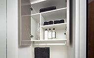 上部吊戸は、ピンチハンガーも折り畳んで収納できるよう配慮された仕切り。また、タオル掛けなどに使えるハンガーパイプを設置しています。※タイプによりレイアウト寸法等が異なります。