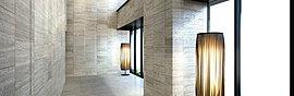 華やぎと洗練を纏う二層吹き抜けの大理石貼りのエントランスホール。永きにわたり時を積み重ねてきた大地の歴史と、奥ゆかしい江戸文化の趣をエントランスホールにデザイン。
