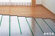 床下で温水を循環させ室内を暖める、空気を汚さない清潔な床暖房です。