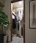 衣類が見やすく取り出しやすいので便利。上部の棚には帽子やバッグなどをきれいに並べて整頓できます。