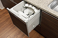 手間をかけずに食後の後片付けができる、食器洗い乾燥機を装備。食器の出し入れがスムーズなスライドタイプです。