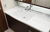洗面ボウル一体型でスタイリッシュなデザインの洗面化粧台。継ぎ目がないのでお掃除も簡単です。