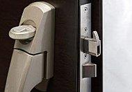 扉と枠の隙間からバールで扉ごと破壊される時、この鎌が特殊鍵受に引っかかって扉が破壊(はず)されにくくします。