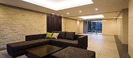エントランスホールでは、エントランスから入った正面にみえる木目調のアイストップや空間のアクセントにふさわしい重厚感のある家具などを設置し、凛とした気品ある空間を演出しました。