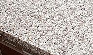 カウンタートップは高級感溢れる天然石仕上げを採用しました。インテリア性にも配慮した美しいキッチンです。※1