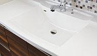 ボウル一体型で、スタイリッシュなデザインの洗面化粧台。継ぎ目がないので、お掃除もカンタンです。※1