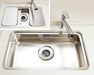 水切りプレートや調理プレート、まな板などがシンク内にセットされ、3層構造で「洗う・調理する・片付ける」作業スペースを確保。