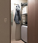 吊戸棚の扉には、地震時の食器類等の落下を防ぐための耐震ラッチを備え、安全性の確保に配慮しています。