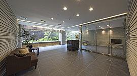 ※エントランスホール(平成28年6月撮影)内設置の家具・照明器具・調度品等は、実際に設置されるものと異なる場合があります。