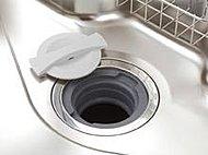キッチンシンクの排水口部分で生ゴミを粉砕し、水と一緒に下水道へ放流するディスポーザーを採用。※流せるゴミには制限があります。