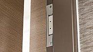 玄関ドアとすべての開口部に防犯センサーを設置。異常を感知するとアラーム音が出て、警備会社にも自動通報されます。