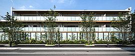杉並区ならではの緑に彩られた第一種低層住居専用地域の一角に、都心へ軽快にアクセスできる駅から徒歩5分の地を得て、私たち三菱地所レジデンスが洗練とモダンな造形を誇る邸宅を創造。それは、ここから始まる、これが標となるプロジェクト。