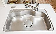 水が当たる際の音や、お湯を流した際に起こるステンレスの反り返り音などを軽減するワイドタイプのシンクを採用しました。
