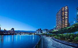 全邸リバービュー。70m2超・3LDK中心のゆとりを心ゆくまで深く・豊かに暮らす65邸。多彩な利便性や暮らしの楽しみを謳歌しながらも、心を豊かに研ぎ澄ませてゆく暮らしを、中央区・日本橋で。