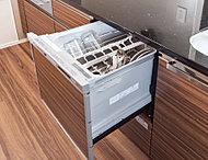 食器が出し入れしやすく、手洗いに比べ節水できる、食器洗い乾燥機。