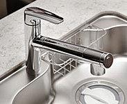 お手元で簡単に浄水へ切り替えが可能です。引出式のシャワーヘッドでシンクのお手入にも便利です。※カートリッジの交換は有償です。