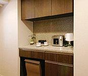 キッチンのカラーに合わせた上下セパレートタイプの食器棚を標準装備しています。ゴミ箱を置くスペースも確保しました。