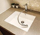 水量や湯温の調節がしやすいシングルレバー混合水栓を採用。ヘッドが引き出せるので、洗面ボウル内をすみずみまで洗い流せます。