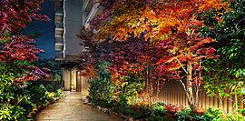 一後川(いちごがわ)のせせらぎに心がなごむエントランス。ライトアップされた季節を彩る植栽、和の風情を滲ませる木調の縦格子、心地よく歩ませてくれる花崗岩敷のアプローチなど、私邸に辿り着いた安堵感が高まる、奥行きを活かした佇まいです。
