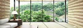 南面に大きくせり出したビューラウンジは、開放的な明るい空間。陽光にきらめく武庫川、宝塚の景勝地として謳われてきた見返り岩、プライベートガーデンの木々と重なるように六甲山系の緑景を一望できます。