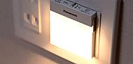 停電時に自動点灯し足元を照らすフットライトを設置。取り外せば懐中電灯としてもお使いいただけます。