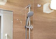シャワーヘッドの位置を使いやすい高さに調節できる、スライドバーを採用しました。