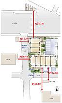 三方が公道に面した伸びやかな敷地。正形の広々とした敷地形状を活かし、南向き中心※1となる配棟を計画。さらに、建物の南側は公道より約9m後退させ、空間の広がりを確保。