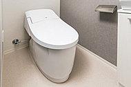 広々とした空間をつくりだす節水型ローシルエットトイレを採用。便座から立ち上がると自動洗浄します。
