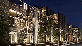邸宅としての誇りを雄弁に物語る「グランドエントランス」。重圧感のある御影石や質感豊なボーダータイルなどを設えることで、建物の表情を一層引き立てるデザインとしています。