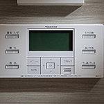 ワンタッチでお湯張、追焚きといった多機能を簡単操作でコントロールできるセミオートタイプ給湯器を採用しています。