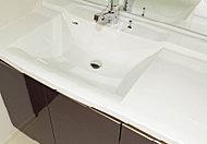スタイリッシュなデザインの洗面化粧台は継ぎ目がないので、お掃除もカンタン。2人並んでも使える、ボウル片寄タイプです。※J、Jgタイプを除く。