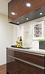 キッチンのカラーに合わせた上下セパレートタイプの食器棚を標準装備しています。※Eタイプはカウンター下収納となります。