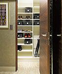 靴やブーツをたっぷりと収納、棚板を外せば背の高い物も置ける「シューズインクローゼット」※B・D・E・F・Fgタイプのみ。