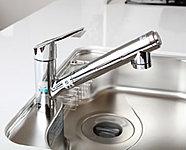 ボタンで浄水に切り替えができます。引出式のシャワーヘッドでシンクのお手入れにも便利です。※カートリッジの交換は有償です。