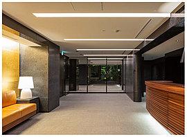 建物へ入ると、そこにあるのは奥行きのあるエントランスホール。アンゴラブラックの壁面に金箔を施したコントラストが、この空間のデザインを深めている。