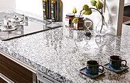 カウンタートップは高級感あふれる天然石仕上げを採用しました。インテリア性にも配慮した美しいキッチンです。※側面の天然石はオプションとなります