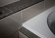 カウンター天板だけでなく、浴槽の見切り部にも天然御影石を採用。素材にこだわることで、上質な浴槽を演出します。