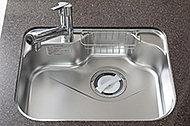 シンクに水が当たる際の音や、お湯を流した際に起こるステンレスの反り返り音などを軽減します。