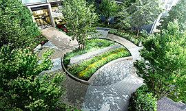 住まう方に家族の憩いの場となる美しい緑の庭を。そして街と通りに新たな潤いの風景を。敷地内には、交流の場となる広場[ガーデンサークル]を計画しました。中央にはシンボルツリーを囲む円形花壇、その周囲を包む遊歩道。訪れる方をもてなします。