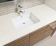 洗面カウンターはクオーツストーンを使用し、スタイリッシュなスクエア陶器ボウルを採用しました。